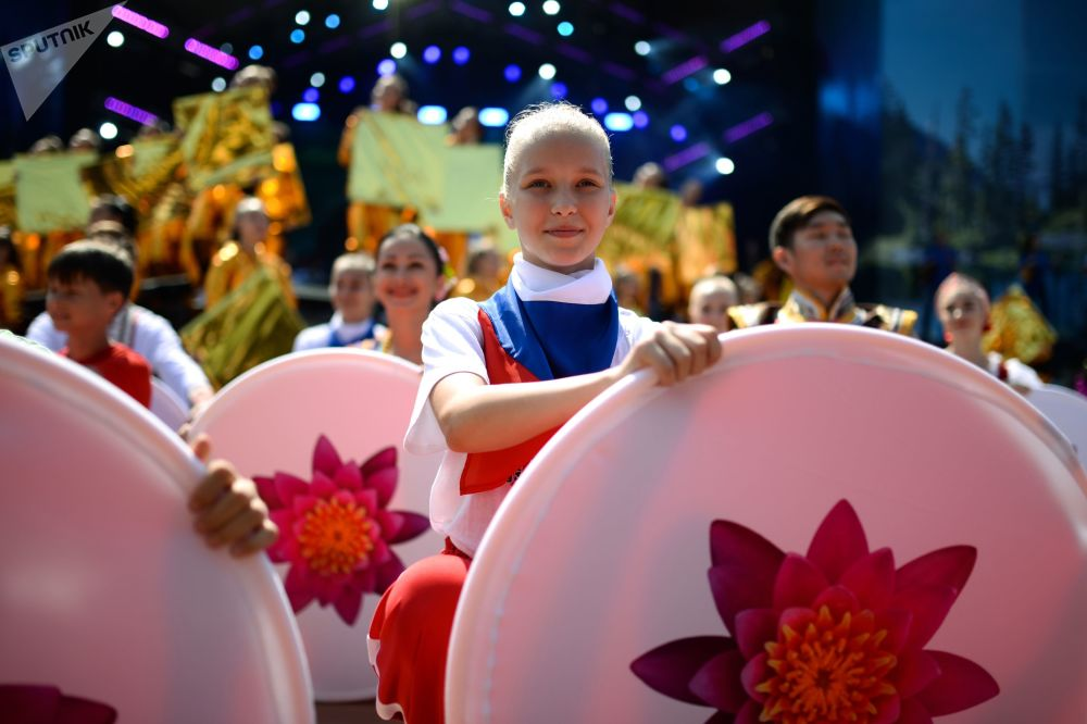 """在阿贾克斯湾举行的第五届东方经济论坛框架下""""远东街""""展览开幕式上演员的表演。"""
