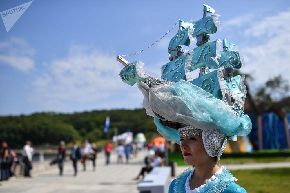 在阿亚克斯海湾旁举行的第五届东方经济论坛远东街头展览上身穿戏服的女孩