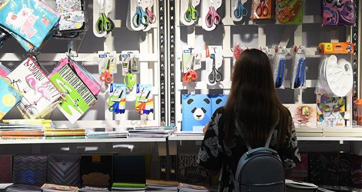 外媒:对华贸易战致美国学校用品价格上涨