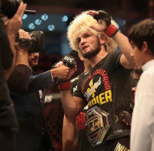 哈比卜击败波伊里尔夺得UFC金腰带