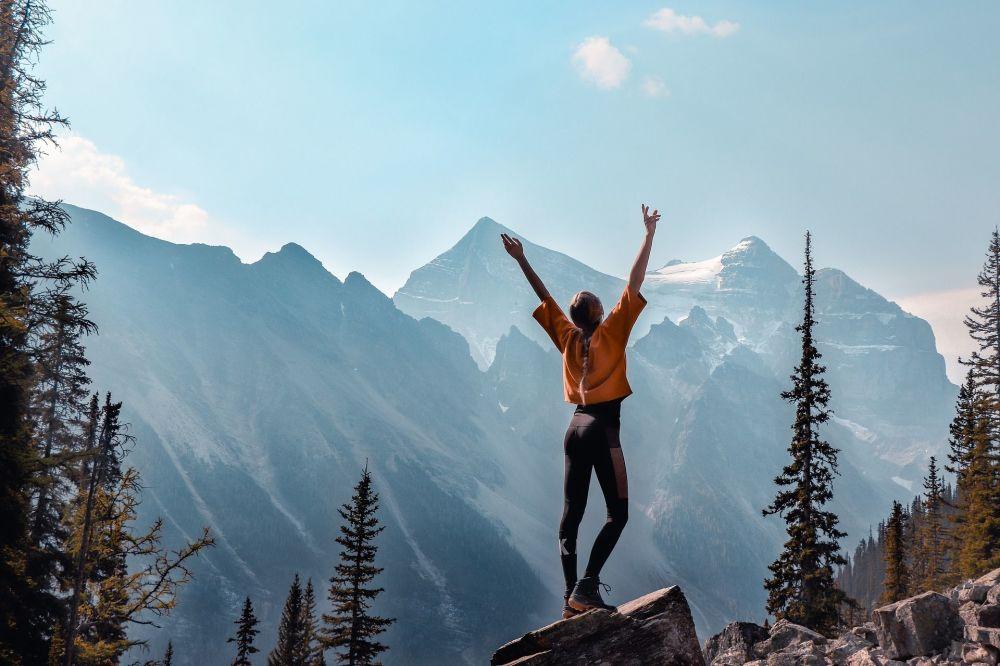 加拿大山脉背景下的女孩