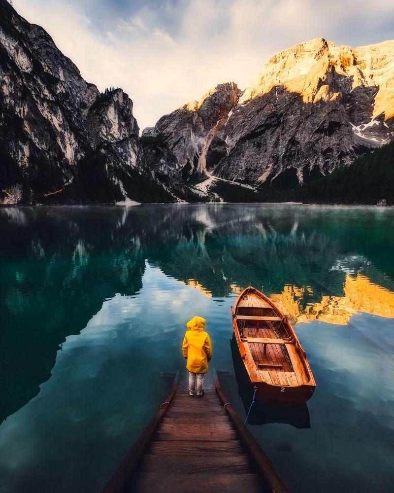 意大利山间湖泊中的女孩