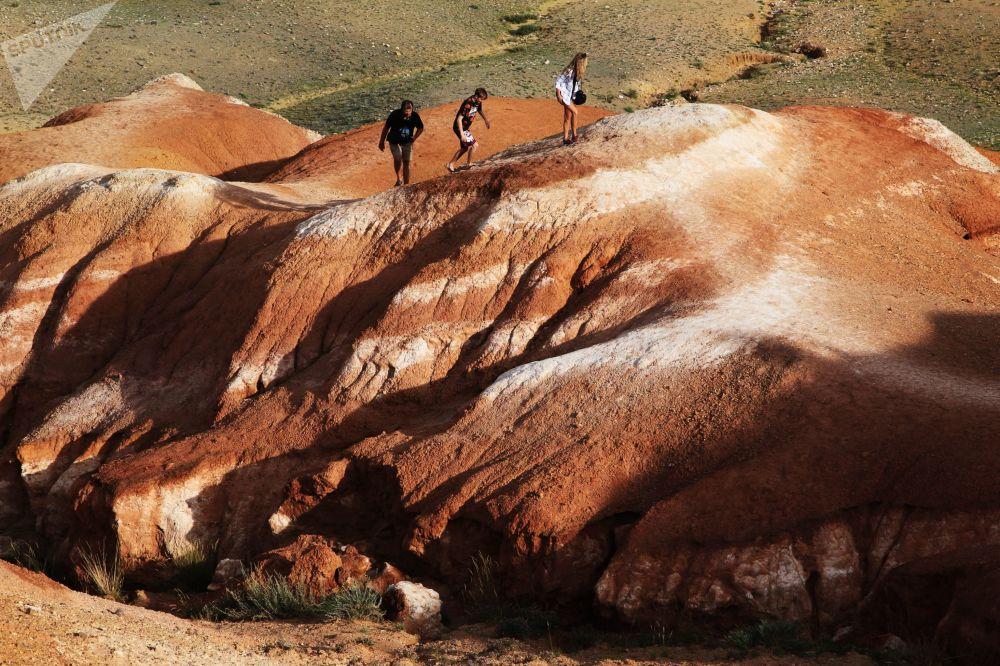 阿尔泰共和国楚伊斯基草原克孜勒钦河山谷的旅游者
