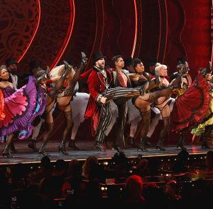 紐約時裝週期間The Blonds x Moulin Rouge!音樂劇中的舞者