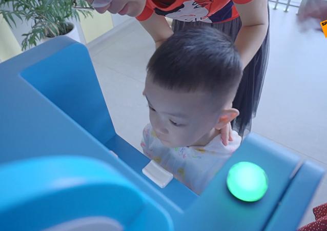 """中国幼儿园引进""""晨检""""机器人"""