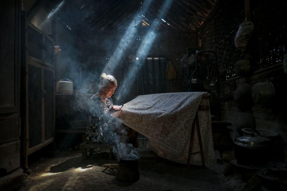 印度尼西亚的蜡染制作。蜡染是在蜡基础上的一种染色术,要把整个布料都染上色。作者:Bimo Pradityo(印度尼西亚)。