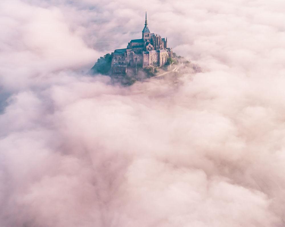 雾气中的勒蒙-圣米歇尔。作者:Konrad Paruch(法国)。