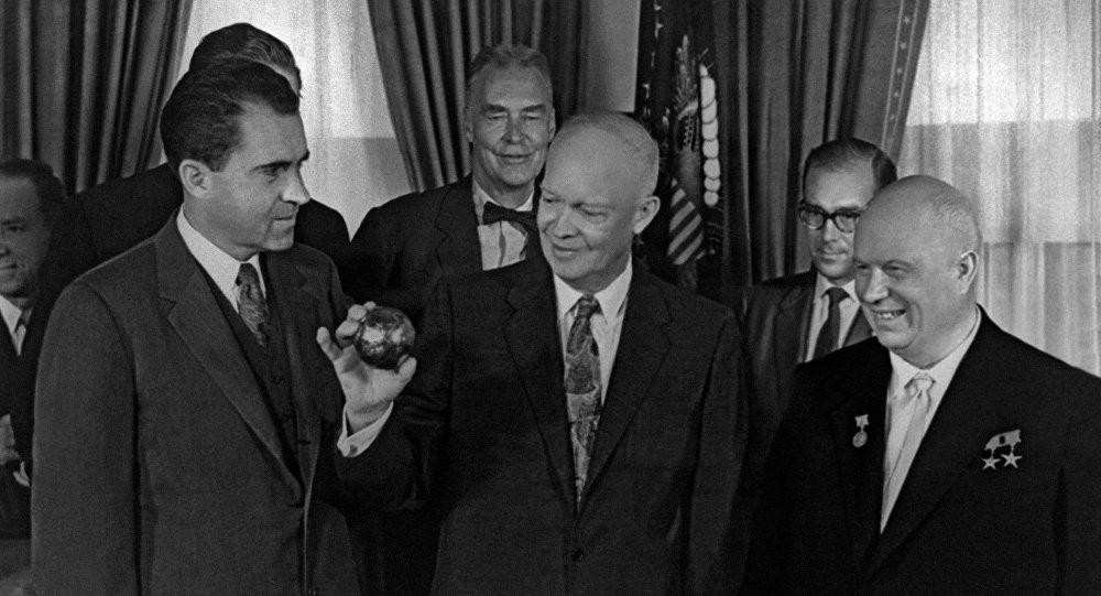 赫鲁晓夫(右)向总统德怀特∙艾森豪威尔(中)颁发苏联火箭带到月球上的三角旗复制品