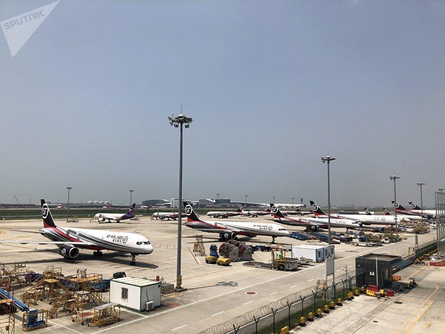 順豐快遞位於深圳機場東南部。它有14條飛機跑道,其中包括波音747的跑道。