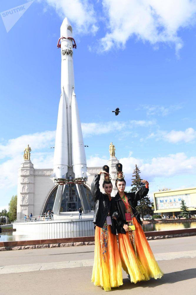 莫斯科全俄展覽中心舉辦的「中國:偉大遺產和新時代」中國文化節的女演員們。