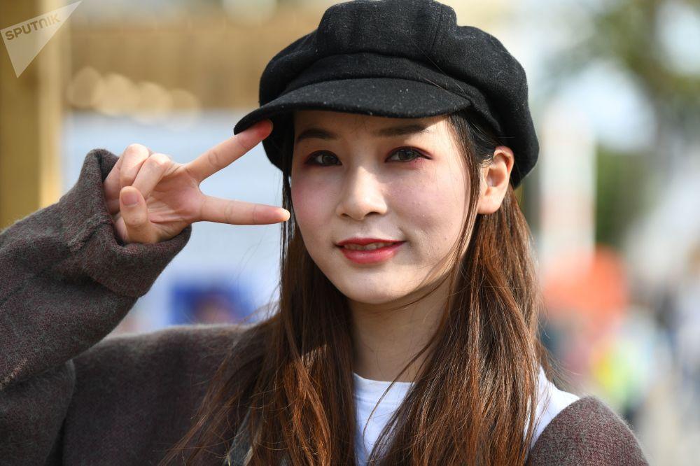 """莫斯科全俄展览中心举办的""""中国:伟大遗产和新时代""""中国文化节上的女孩。"""