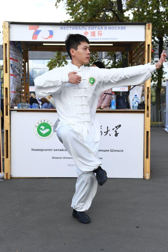 """莫斯科全俄展览中心举办的""""中国:伟大遗产和新时代""""中国文化节的演员。"""
