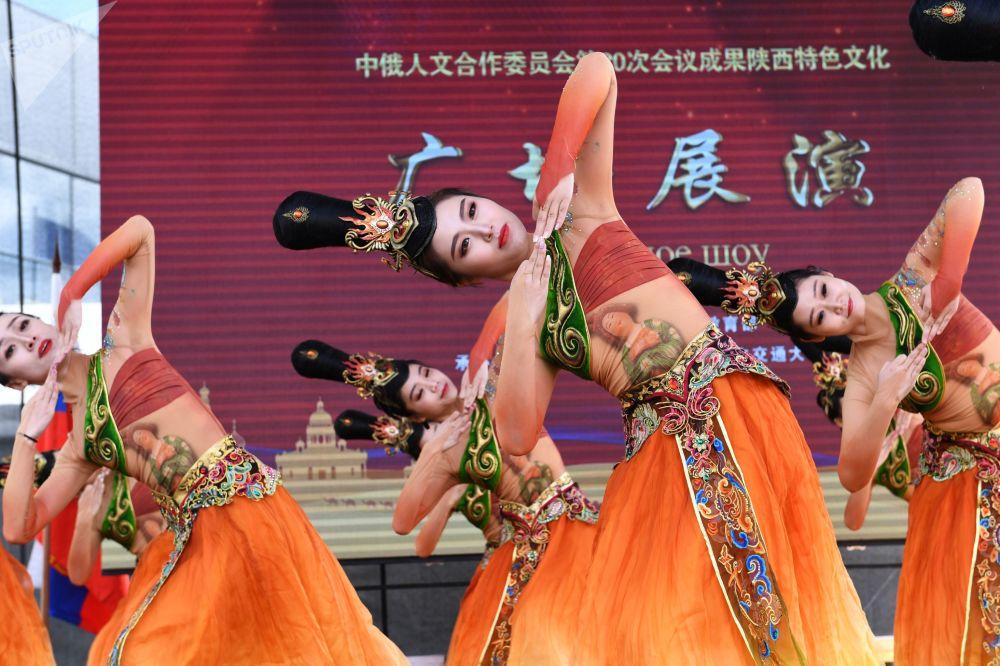 中國創作團隊在莫斯科全俄展覽中心舉辦的「中國:偉大遺產和新時代」中國文化節上進行舞蹈表演。