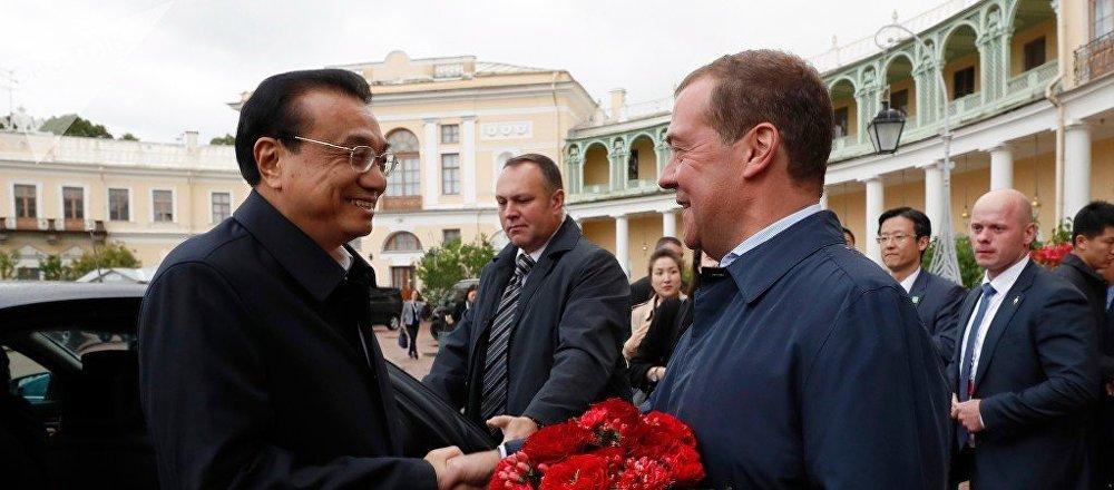 俄中两国总理前往圣彼得堡郊外文物保护区博物馆参观