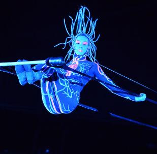 """大马戏团""""UFO,来自另一个星球的马戏""""的演出中在高空秋千上的空中体操表演者科谢尼亚∙叶尔金娜"""