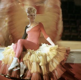 「冰上馬戲」集體舞中的獨舞演員馬林娜∙沙耶夫斯卡婭。莫斯科大馬戲團