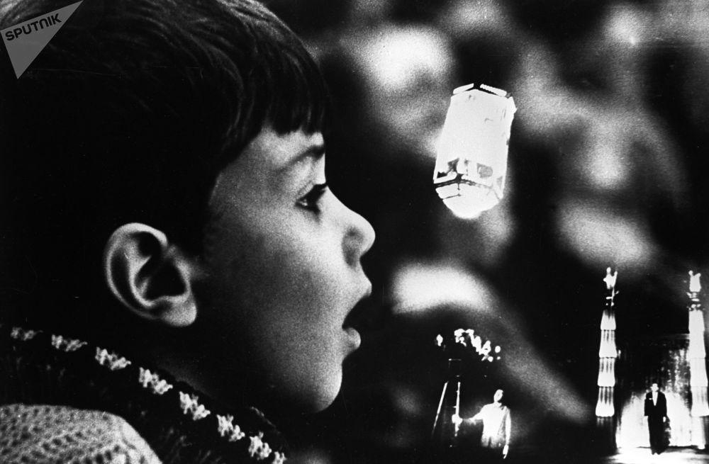 一名觀看彩色林蔭路馬戲團舞台上馬戲團演員和魔術師伊戈爾∙基奧表演的小觀眾