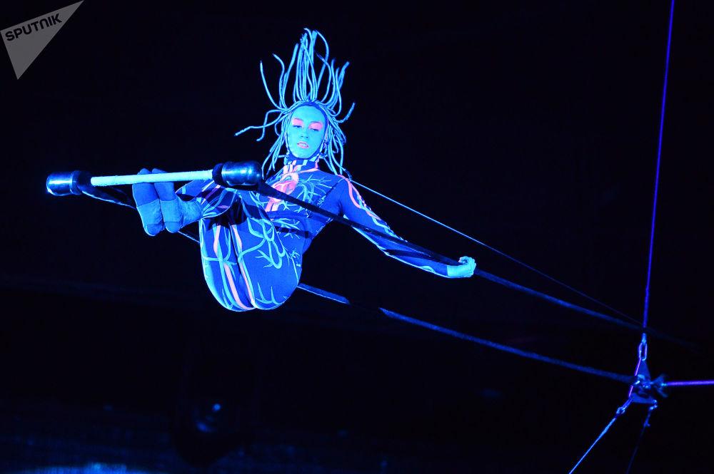 大馬戲團「UFO,來自另一個星球的馬戲」的演出中在高空鞦韆上的空中體操表演者科謝尼亞∙葉爾金娜