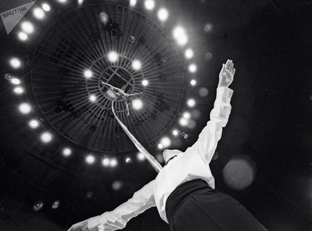 頂桿演員羅扎和尤里∙波羅弗涅夫在莫斯科馬戲團表演。1969年