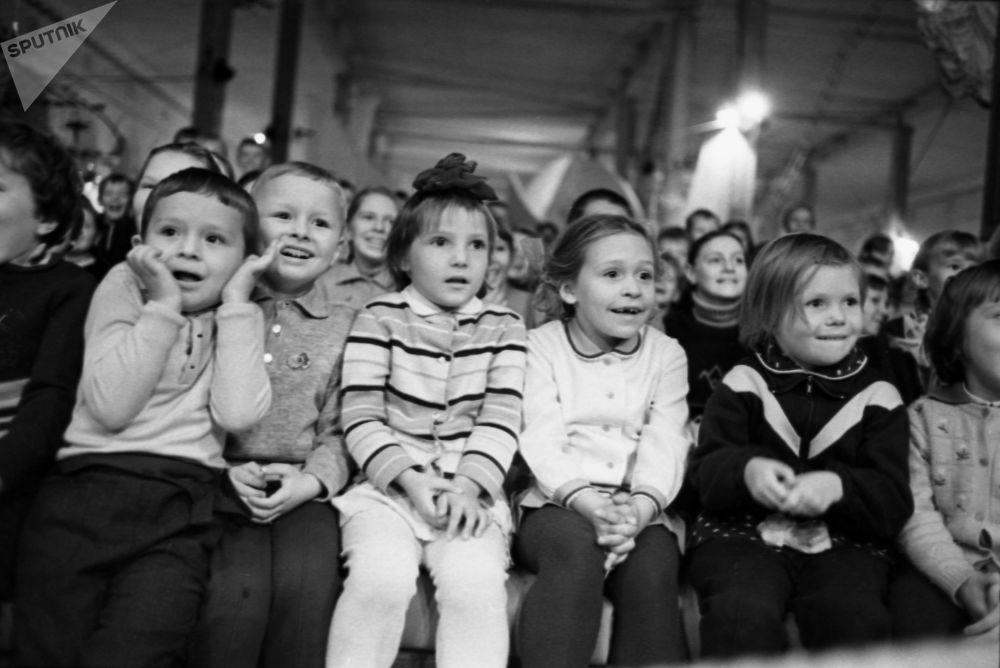 莫斯科「馬涅什」中央展廳馬戲表演上的孩子們。1969年