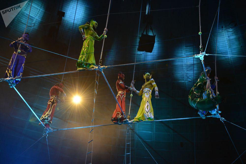 莫斯科「扎巴什內兄弟馬戲團」表演空中飛人節目的體操演員