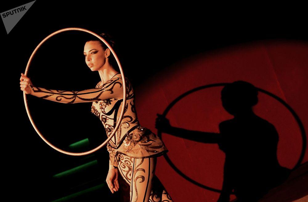 莫斯科彩色林蔭路俄羅斯尼古林國家馬戲團舞台上「真棒」新節目中表演馬戲的女演員
