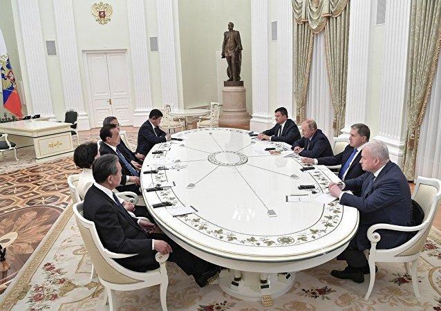 普京期待在金砖国家和亚太经济合作组织峰会期间与习近平举行会晤