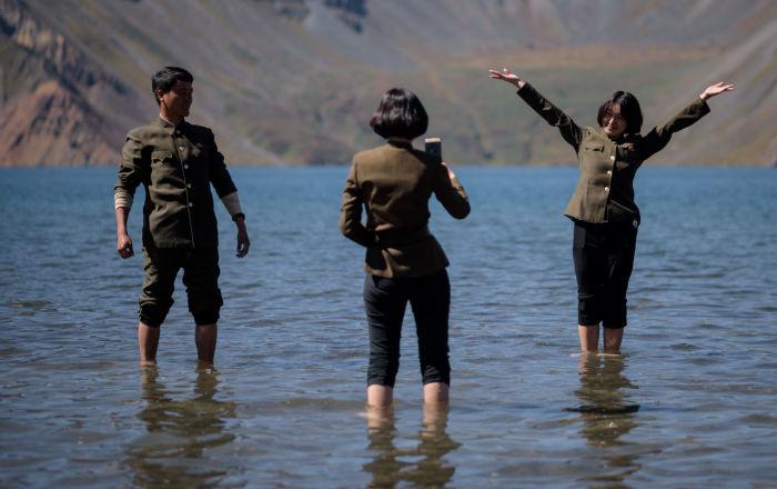 朝鮮白頭山天池拍照的遊客