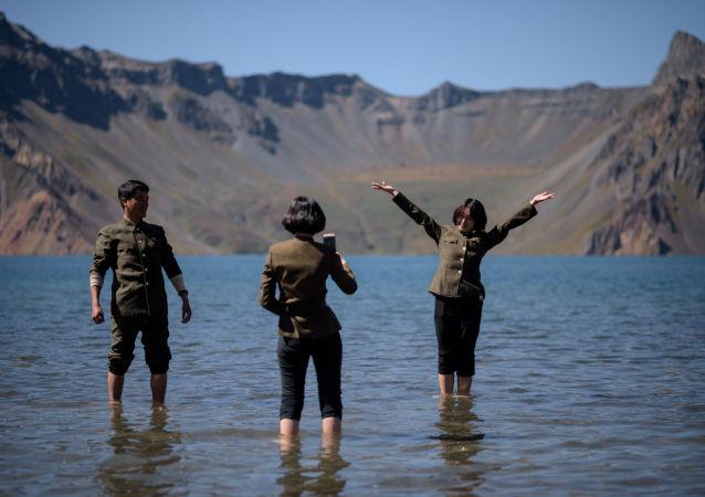 朝鲜白头山天池拍照的游客
