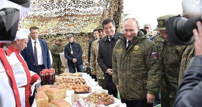 普京与与吉尔吉斯斯坦总统品尝野战面包房烤制的面包