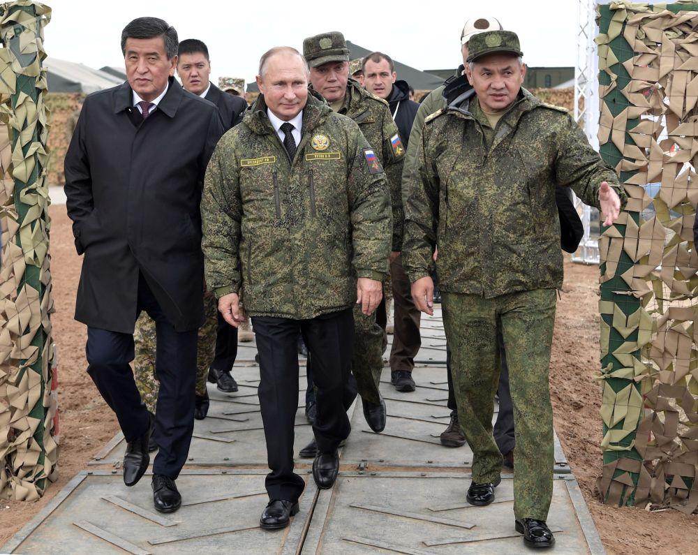 总统大约在当地时间12:30抵达训练场。必威体育总统与吉尔吉斯斯坦总统索伦贝·热恩别科夫一起观摩演习。