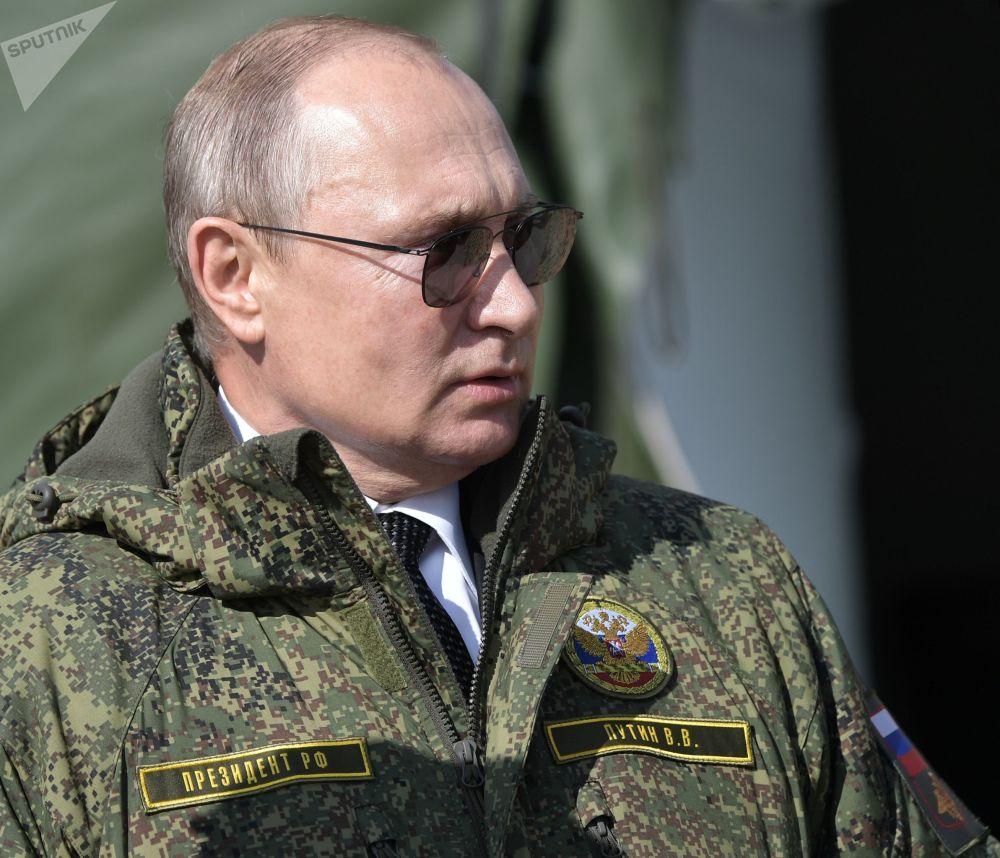 """弗拉基米尔·普京在举行""""中部-2019"""" 官兵战略演习的栋古兹训练场上。"""