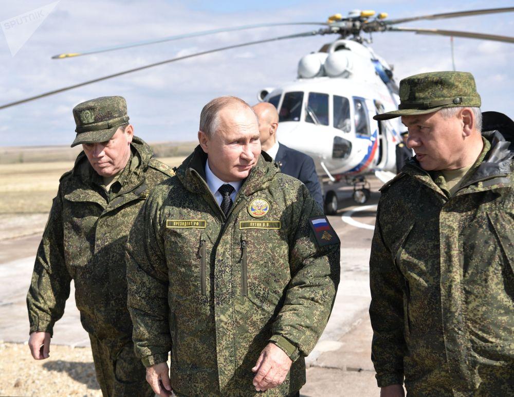 弗拉基米尔·普京总统、国防部长谢尔盖·绍伊古和武装部队总参谋长、国防部第一副部长瓦列里·格拉西莫夫在奥伦堡州的栋古兹训练场上。
