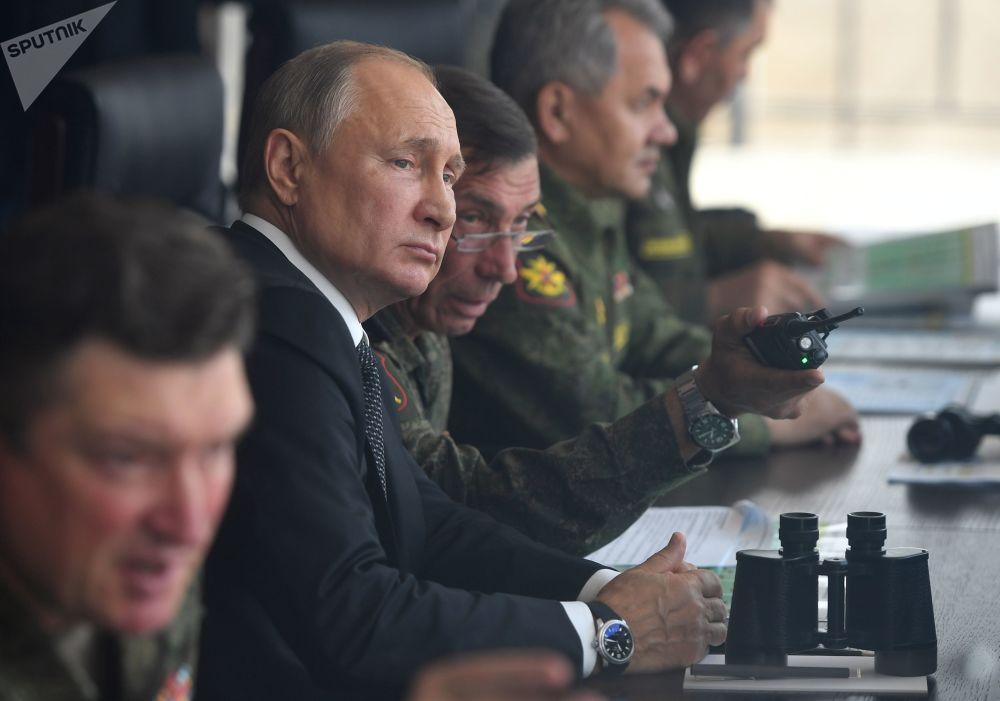 俄羅斯總統對主動進攻階段的演習感到滿意,並向指揮員表示感謝。