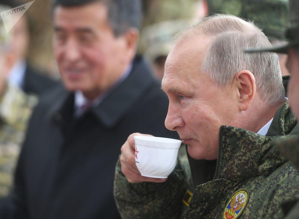 必威体育总统和吉尔吉斯斯坦总统品尝了新鲜出炉的面包和茶炊。