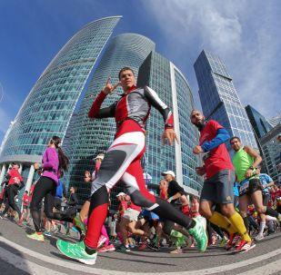 2.6万名参赛者在莫斯科马拉松比赛中跑到终点