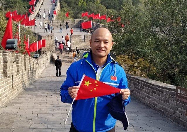 """""""光头刘sir""""首登长城并与游客合影"""