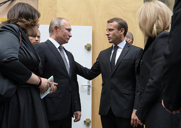 普京与法国总统马克龙进行简短交谈