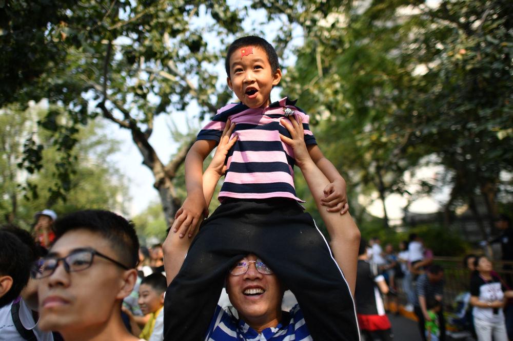 观看中国70周年国庆阅兵的观众