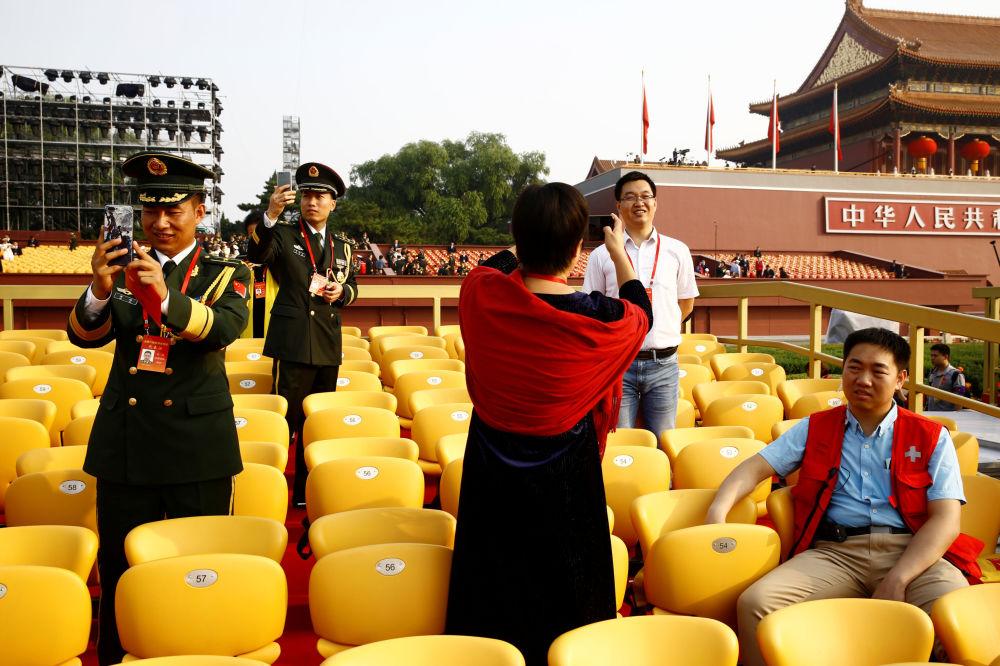 中国70周年国庆阅兵开始前的代表们