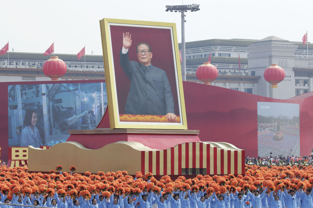 中国70周年国庆阅兵上簇拥着江泽民巨幅画像的游行群众