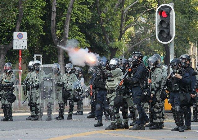 香港警方使用催泪弹和水炮车驱赶示威者