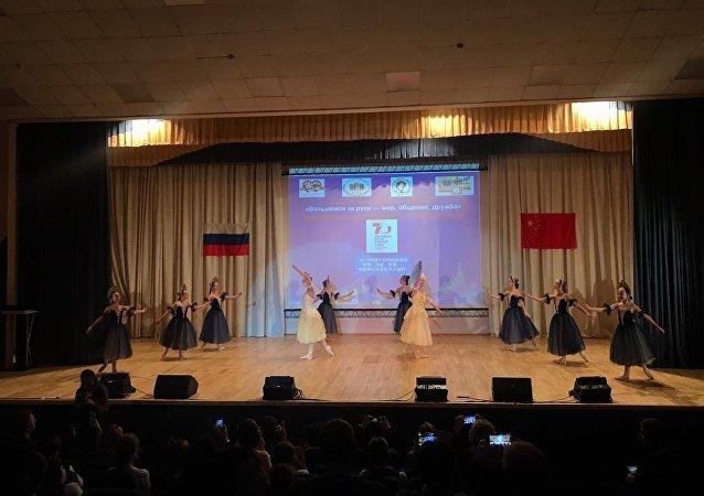 俄中儿童举办音乐会庆祝俄中建交70周年