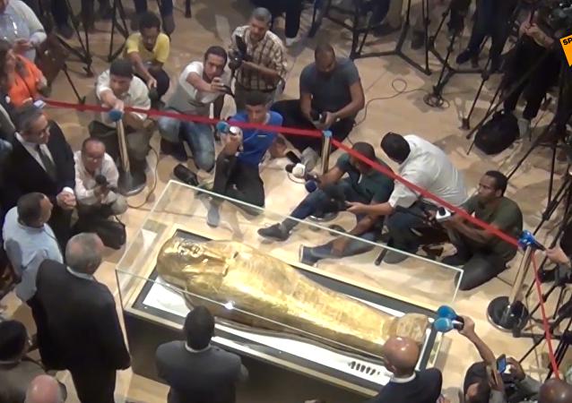 埃及首次展出美國歸還的祭司鍍金棺