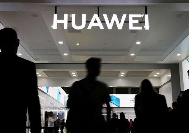 然而,中國在一系列技術上已經超過發達國家。比如,華為擁有的5G技術專利數量最多。此外,與美國不同的是,中國很早前就已經確定了5G網絡建設頻段。中國移動運營商已經獲得5G網絡商用牌照,在中國排名前100位的城市中,5G商用網絡從2019年10月起將投入運營。