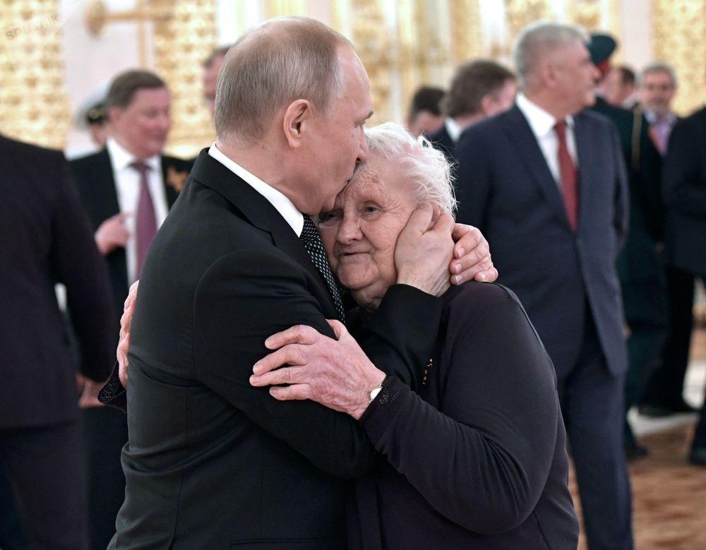 2019年5月9日,俄罗斯总统普京和他的班主任薇拉·古列维奇伟大的卫国战争胜利74周年招待会上。