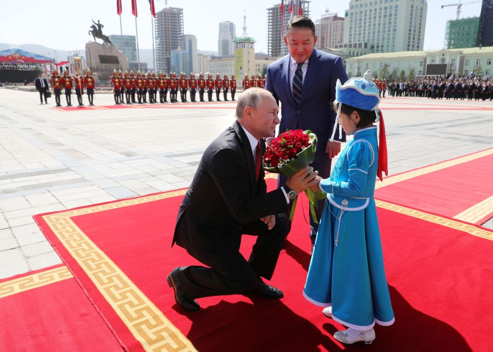 2019年9月3日,俄罗斯总统普京和蒙古国总统巴特图勒嘎(中)在乌兰巴托苏赫巴托尔广场上的国家宫举行的正式欢迎仪式上。