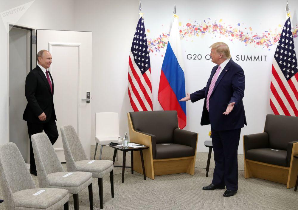 2019年6月28日,俄罗斯总统普京和美国总统特朗普(右)在大坂举行的G20峰会期间会晤。