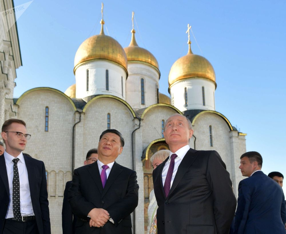 2019年6月5日,俄罗斯联邦总统普京和中国国家主席习近平(左二)在克里姆林宫举行的俄中会谈结束后参观克里姆林宫。