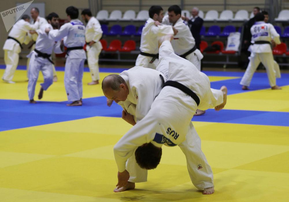 2019年2月14日,俄罗斯联邦总统普京在南方体育馆的榻榻米上进行柔道训练。